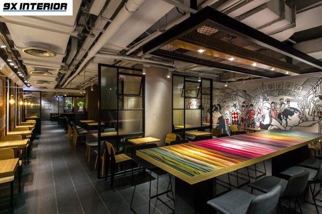 Khu vực ngồi VIP theo nhóm được bố trí đặc biệt tại bàn ăn kích thước lớn, trang trí với các khối màu sắc rực rỡ tựa cầu vồng