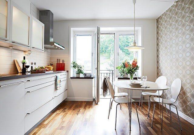 Phòng bếp đơn giản với giấy dán tường