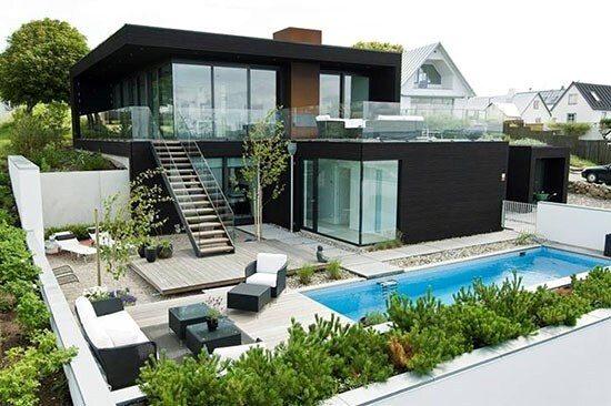 Không gian biệt thự trở nên rất đẹp hơn với bể bơi được xây dựng ngoài trời