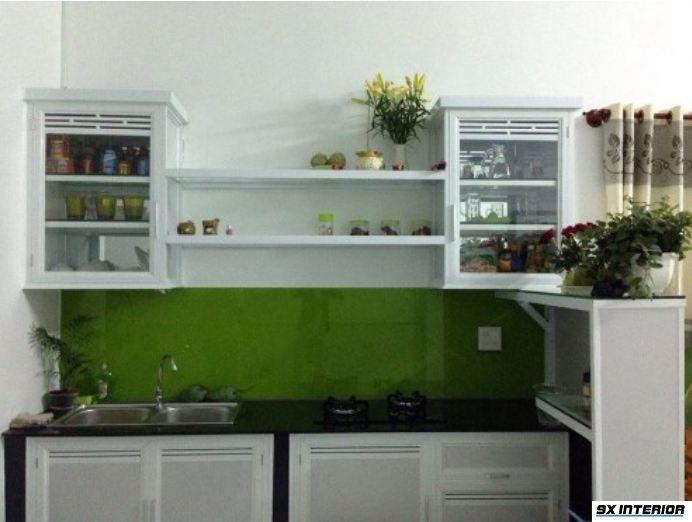 Tủ bếp đơn giản với các kệ gắn tường bố trí gọn gàng