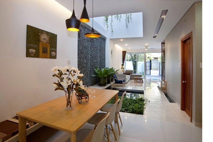 Giếng trời giúp căn nhà đủ sáng và không khí lưu thông tốt hơn trong căn nhà