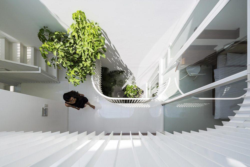 Bố trí tiểu cảnh ở khu việc giếng trời giúp không gian nhà ở rộng rãi và thoáng đãng hơn