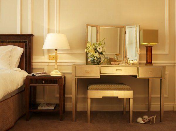 Kích thước bàn trang điểm đảm bảo phù hợp với diện tích, không gian phòng ngủ đem đến sự hài hòa và cân đối cho căn phòng
