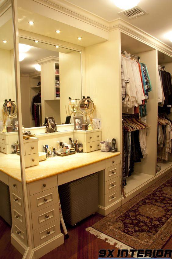 Nếu nhà bạn có diện tích hạn chế, có thể kết hợp tủ áo và bàn phấn thành một module gọn gàng thế này nhé