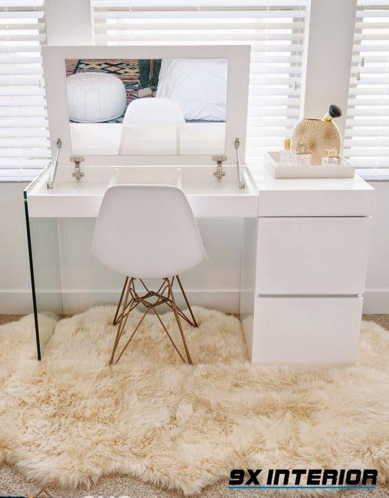 Mẫu bàn phấn màu trắng xinh xắn với mặt bàn kết hợp gương nâng đỡ bằng pit-tong tiện lợi