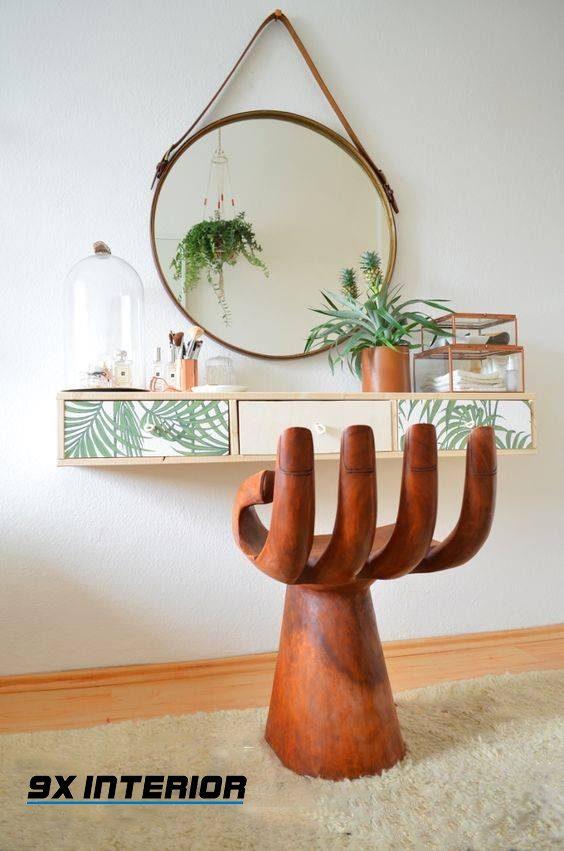 Ghế ngồi ấn tượng mô phỏng một cánh tay nâng đỡ và chiếc gương treo xinh xắn giúp phòng ngủ của các nàng trở nên đáng yêu hơn