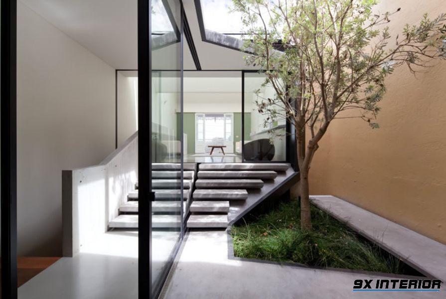 Ở khoảng chân giếng người ta thường bố trí cây xanh để tăng tính sinh động và năng lượng xanh trong ngôi nhà