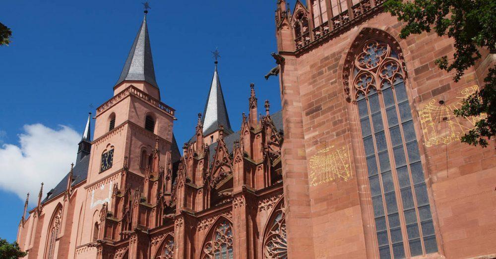 Mái vòm và đầu nhọn là những đặc trưng cơ bản trong kiến trúc Gothic