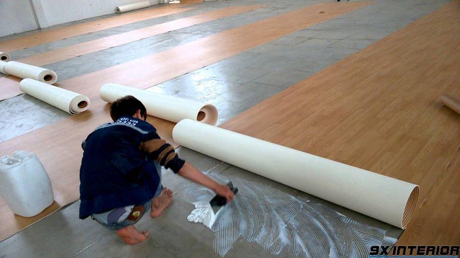 Sàn nhựa là loại sàn cấu tạo từ PVC (poly_vinyl_clorua) cao cấp được phủ bên trên 1 lớp Vinyl bảo vệ để tăng độ bóng và giảm trầy xước