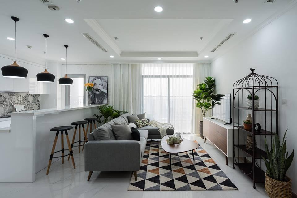 Những ngôi nhà có hệ khung cửa sổ rộng bằng kính kết hợp mảng rèm mỏng, màu trắng phất phơ trên sàn nhà ngập nắng là hình ảnh của một không gian Scandinavian hoàn hảo.