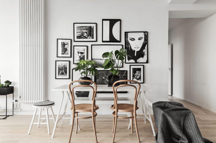 Sự đơn điệu của mảng tường bị phá vỡ bởi cách decor ấn tượng từ những bức tranh đen trắng đơn giản