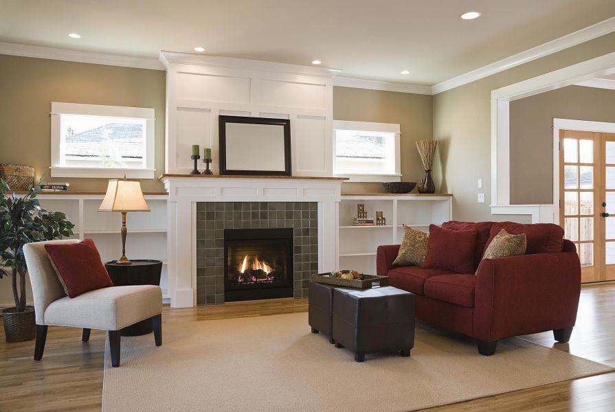 Màu đỏ đậm là gợi ý tuyệt vời cho một phòng khách nhỏ và ấm áp bên lò sưởi