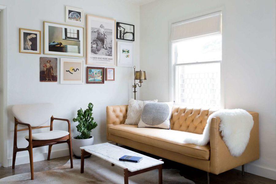 Phòng khách này giống như một góc nhỏ dành riêng cho nhóm bạn bè. Ghế gỗ được bài trí rất hiện đại còn sofa là để nằm nghỉ ngơi, đọc sách… lý tưởng.