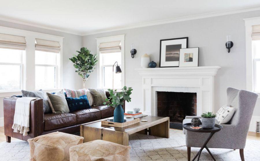 Nếu phòng khách đã có quá nhiều màu trắng rồi, hãy tạo điểm nhấn cho không gian bằng bộ sofa da bụi bặm nhưng không kém phần sang trọng này nhé