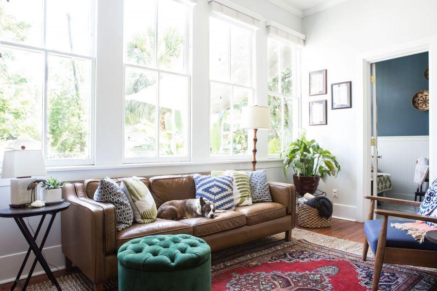 Mở rộng mặt thoáng với cửa kính pano truyền thống, căn phòng là nơi pha trộn giữa màu sắc hiện đại và cổ điển