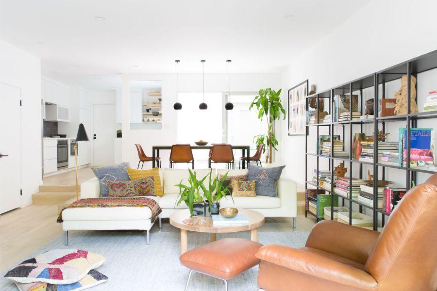 Nếu cảm thấy phòng khách quá đơn điệu, đừng quên trang trí chúng bằng những chậu cây hoặc giá sách ốp tường như thế này nhé