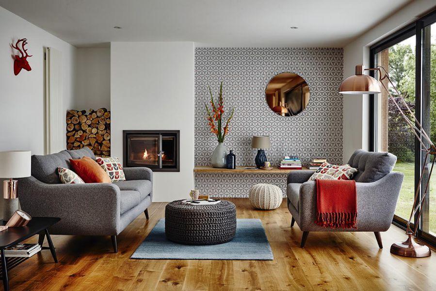 Phòng khách trang trí tối giản với sofa tối màu bên cạnh lò sưởi mini thật ấm áp, mang đậm phong cách của một vùng Bắc Âu xa xôi