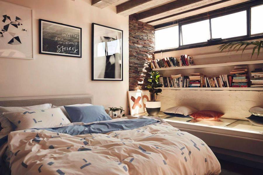 Lấy cảm hứng từ phong cách nội thất hiện đại tối giản với một không gian yên tĩnh . Các kệ sách được bố trí trên  ghế băng dài tràn ngập ánh nắng mặt trời.