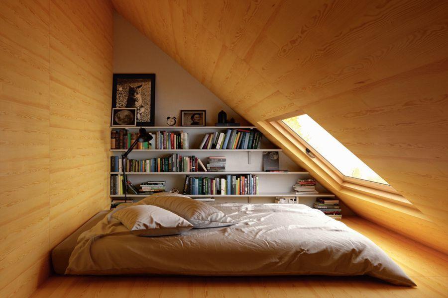 Một phòng ngủ nhỏ được thiết kế trên gác xép với không gian hạn chế nhưng vẫn đủ để thiết kế một giường bệt tại trung tâm và giá sách ở cạnh tường. Ánh sáng tự nhiên truyền vào trung tâm phòng qua một khung cửa kính lớn tạo một cảm giác như một căn phòng trong những cau truyện cổ tích