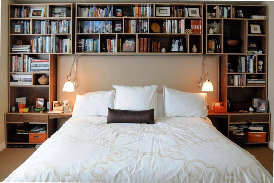 Một thiết kế đơn giản dành cho bạn với không gian chỉ bao gốm giường, giá sách và bàn làm việc