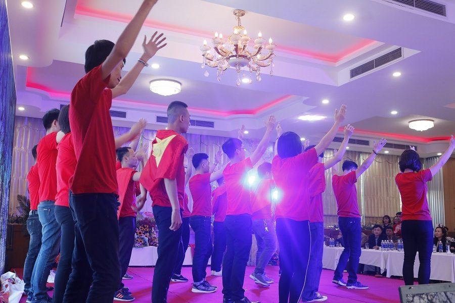 Trình diễn màn múa Dân Vũ sôi động của hơn 20 anh em nhân viên văn phòng